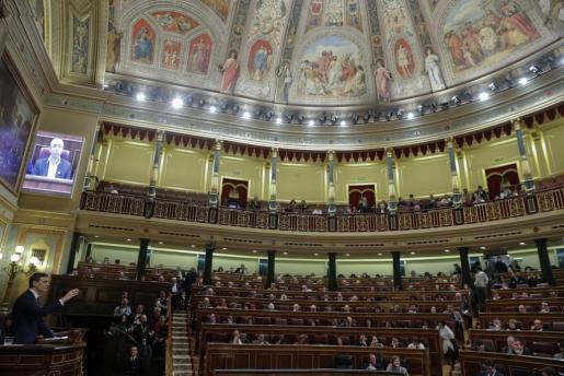 El secretario general del PSOE, Pedro Sánchez, durante su intervención en la sesión de la tarde de la segunda jornada del debate de investidura del que se celebra en el Congreso de los Diputados.