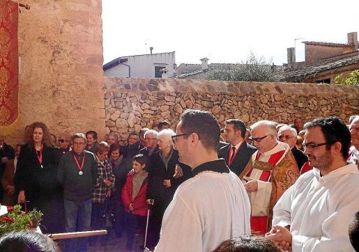 Monaguillos y el párroco Joan Pons, durante la celebración de Santa Àgueda, en Sencelles.