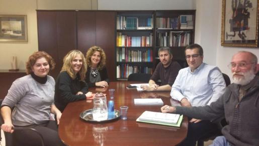 Representantes de la Conselleria, el Ajuntament y la comunidad educativa, durante la reunión.