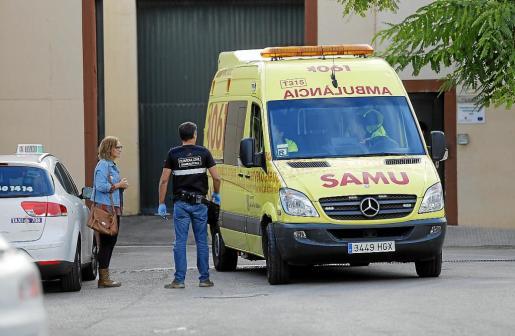 Imagen de la ambulancia que acudió a Es Pinaret.