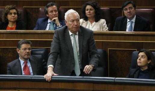 El ministro de Asuntos Exteriores en funciones, José Manuel García Margallo (c), vota durante la sesión de la tarde de la segunda jornada del debate de investidura del secretario general del PSOE, Pedro Sánchez, esta tarde en el Congreso de los Diputados.