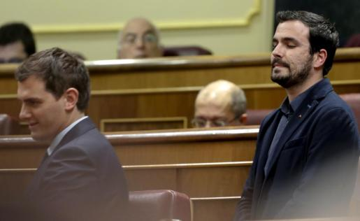 El líder de IU, Alberto Garzón (d) junto al de Ciudadanos, Albert Rivera (i), durante la sesión de la tarde de la segunda jornada del debate de investidura del secretario general del PSOE, Pedro Sánchez, que se celebra en el Congreso de los Diputados.