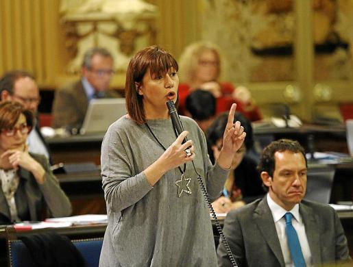 Francina Armengol y Marc Pons, en el Parlament.