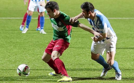 El lateral del ATB Biel Guasp presiona a un rival, durante el partido de ida de las semifinales de la Copa Federación en Son Malferit.