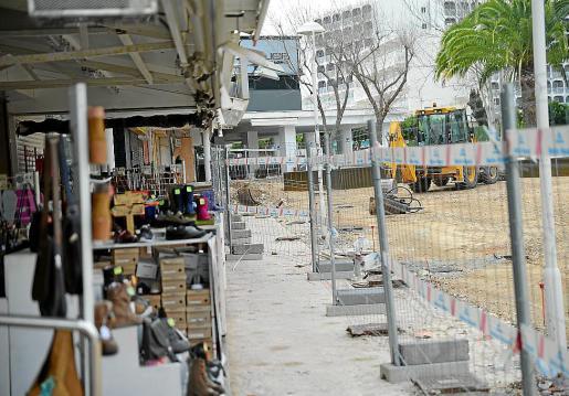 Propietarios de locales denuncian el «encajonamiento» de sus tiendas. g Foto: MICHELS