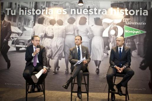 Acto de presentación de las acciones conmemorativas del 75 aniversario del El Corte Inglés. De izquierda a derecha Arsenio de la Vega, Diego Copado, y Javier Aguado.