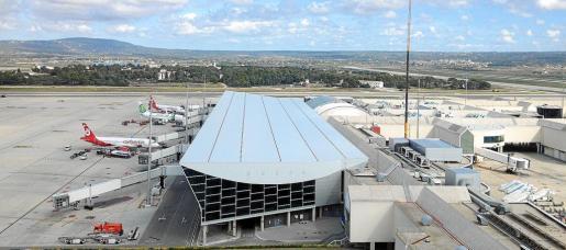 Imagen de las pistas del aeropuerto tomada desde la terraza de la Torre de Control de Palma.
