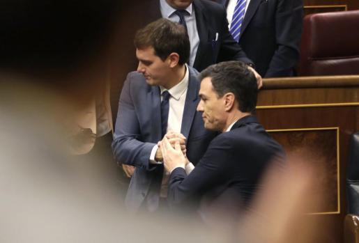 En ruedas de prensa consecutivas, los portavoces de Ciudadanos, Juan Carlos Girauta, y del PSOE, Antonio Hernando, han señalado que no excluyen a ninguna formación para ese diálogo, que está abierto también a colectivos y organizaciones sociales.