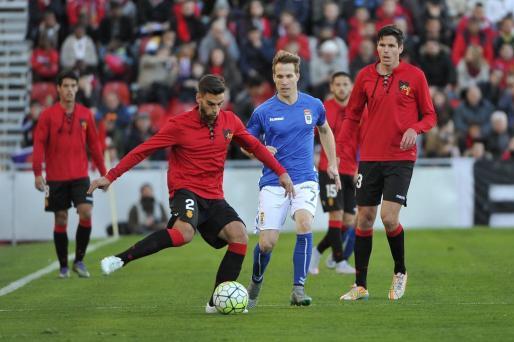 Company busca dar un pase durant el partido contra el Oviedo.