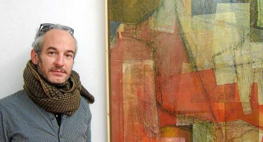 Ma_xoa!, o lo que es lo mismo, Ricardo Vidal, junto a una de las obras que se exponen hasta el 31 de marzo en Garden Art Gallery.