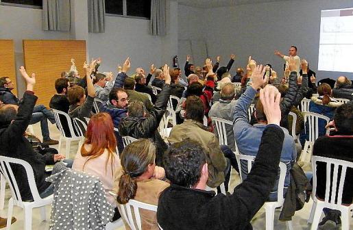 Los vecinos votaron a mano alzada el futuro de la plaza Sant Jaume.