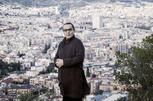 El escritor Sebastià Perelló posa en lo alto del barrio barcelonés del Carmel.