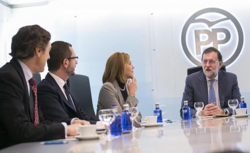 Fotografía facilitada por el PP, del presidente del Gobierno en funciones y presidente del PP, Mariano Rajoy (d), junto a la secretaria general del partido, María Dolores de Cospedal (2d); el vicesecretario de Sectorial, Javier Maroto (2i), y el portavoz parlamentario, Rafael Hernando (i), durante la reunión del Comité de Dirección que ha presidido este martes en la sede de la calle Génova, en Madrid.