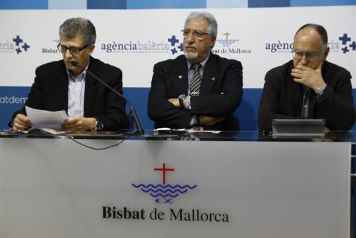 De izquierda a derecha, Bernat Bosch, Miquel Llabata y Pere Ferrer, durante la rueda de prensa en la que han presentado el programa para la Semana Santa 2016 en Palma.