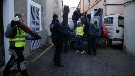 Los agentes de la Guardia Civil, apoyados por la Policía Local, registraron este miércoles dos domicilios en Sineu.