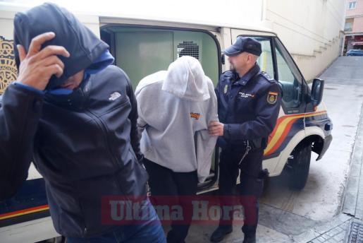 Los detenidos en la operación contra los anabolizantes en su llegado a los juzgados de Palma.