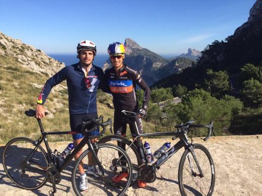 Carlos Sainz y Mario Mola durante un entreno en Mallorca.