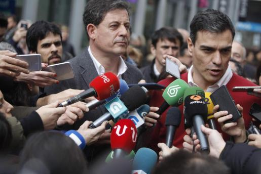 El secretario general del PSOE, Pedro Sánchez (d), acompañado por el secretario general del PSdeG, José Ramón Gómez Besteiro (i), durante la visita realizada este jueves a la ciudad de A Coruña, donde se ha reunido con militantes.