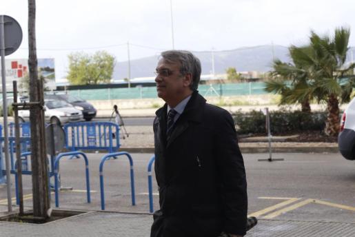 Miguel Tejeiro a su llegada al edificio de la EBAP de Palma, donde se celebra el juicio por el caso Nóos.