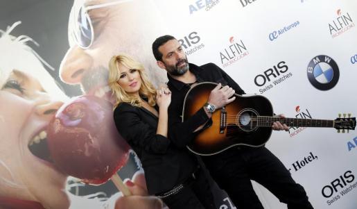 La actriz y presentadora de televisión Carolina Cerezuela (i), junto al cantautor Jaime Anglada (d), durante el posado para la prensa con motivo de la presentacion de su primer disco 'Manzana de caramelo' (Sony Music), que se publica este viernes.