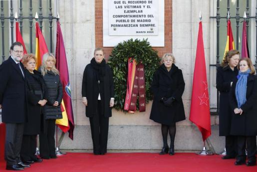 El jefe del Ejecutivo en funciones, Mariano Rajoy, junto a la presidenta de la Comunidad de Madrid, Cristina Cifuentes (c,i); la alcaldesa de la capital, Manuela Carmena (c,d); la presidenta de la Asociación 11M Afectados por el Terrorismo, presidida por Pilar Manjón (2-d); la presidenta de la Fundación de Víctimas del Terrorismo, Marimar Blanco (2-i); la presidenta de la Asociación de Víctimas del Terrorismo (AVT), Ángeles Pedraza (2-i), y la presidenta de la Asociación de Ayuda a las Víctimas del 11, Ánge