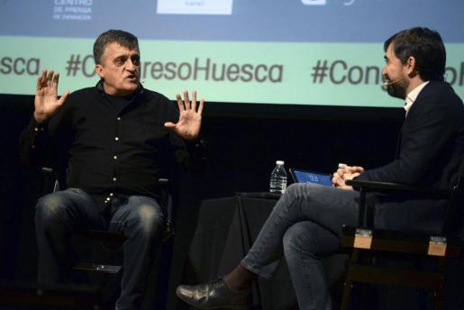 Los periodistas Ignacio Escolar (d), del periódico El Diario, y el Gran Wyoming durante su intervención en la clausura del XVII Congreso de Periodismo Digital que se celebra en Huesca.