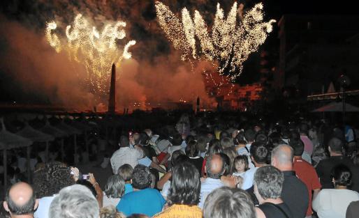 Miles de personas se acercaron a la playa de Can Picafort para observar el mayor espectáculo pirotécnico del verano.