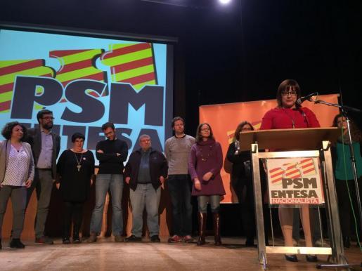 Bel Busquets, a la derecha, junto al resto de miembros de su lista.