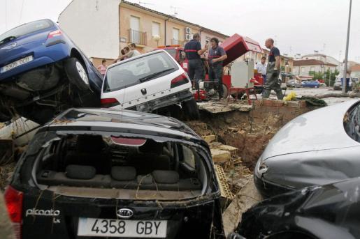 Varios coches destrozados en una calle de la localidad de Aguilar de la Frontera después de las fuertes lluvias caídas en las últimas horas en la provincia de Córdoba.