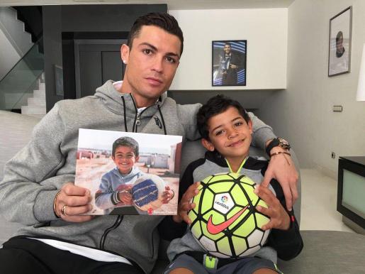 El delantero del Real Madrid ha publicado en sus redes sociales una foto junto a su hijo sosteniendo la foto de Ayman.