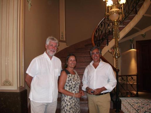 El embajador britànico en España, Giles Paxman; su esposa, Ségolène Claude Marie Paxman, y el director de Can Prunera, Rogelio Araújo, en el museo modernista.