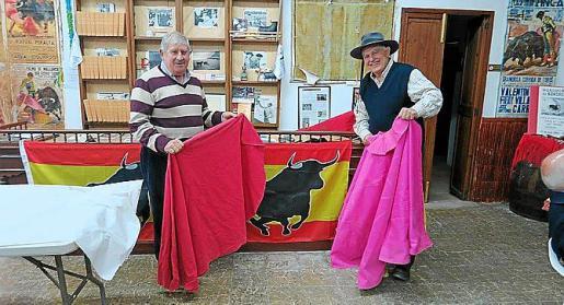 Joan Albertí y Vicenç Sastre con sendos capotes.