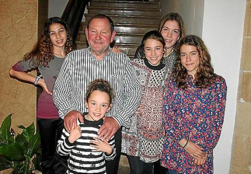 Martí Ochogavía, con sus nietas Maria Fàtima, Montse, Àngela, Paula y Jùlia.