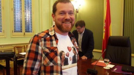 El portavoz de Més, David Abril, aprovechó una comparecencia paralucir una camiseta que llevaba estampadas imágenes de Bauzá y Barberá.