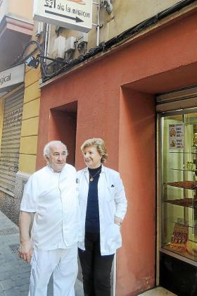 Lluís Brunet, junto a su esposa, Pilar Garanya, frente al Forn de la Missió.