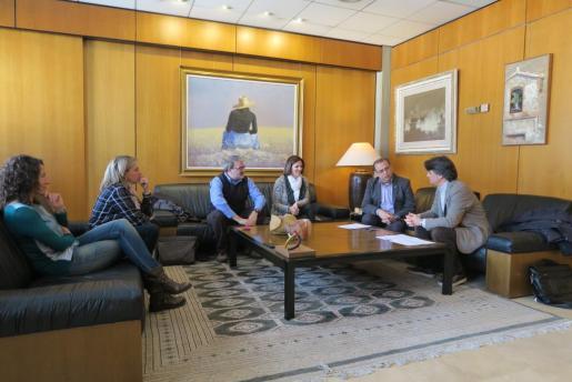 Momento de la firma del convenio entre el Ajuntament de Calvià y Treball Solidari.