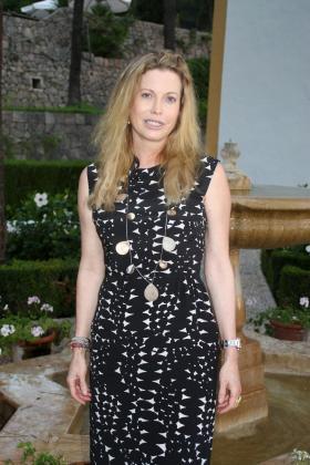 Diandra Douglas en el jardín de su casa de s'Estaca, la emblemática finca de la Serra de Tramuntana en la que pasa sus vacaciones de verano.