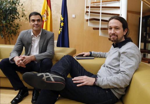El líder del PSOE, Pedro Sánchez, con el secretario general de Podemos, Pablo Iglesias.