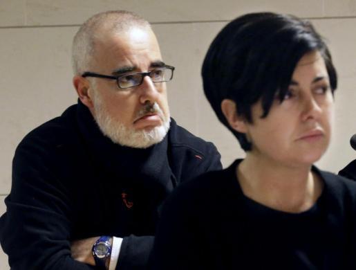 Rosario Porto (c) y Alfonso Basterra (i) han sido condenados a 18 años de prisión cada uno por el asesinato de su hija Asunta.