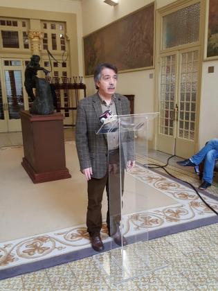 Xavier Pericay atendiendo a los medios de comunicación congregados en el Parlament después de la Junta de portavoces.
