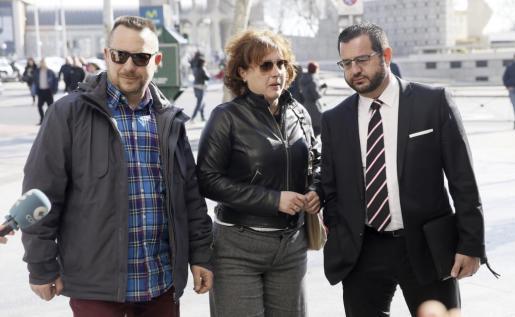 La auxiliar de enfermería Teresa Romero, a su llegada este miércoles los juzgados de Plaza Castilla de Madrid, junto a su marido, Javier Limón (i), y su abogado.