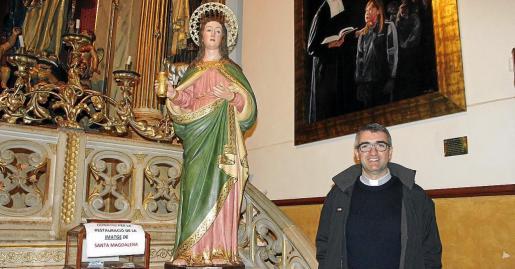 Antoni Vadell muestra la talla restaurada que se colocará en el Puig.