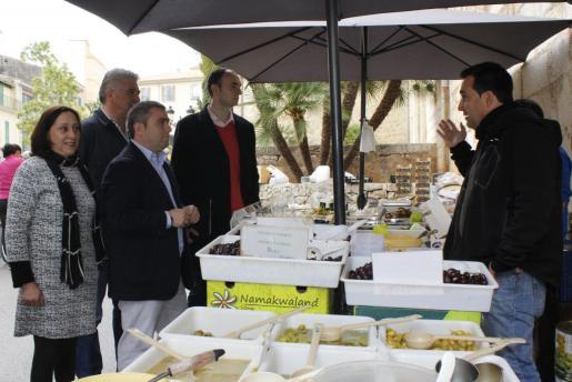 Representantes del Ajuntament y de la empresa recorrieron el mercado.