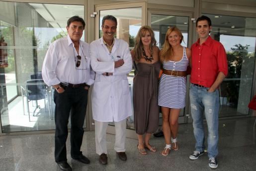 Vicente Cerezuela, junto al doctor Gelabert, María José, madre de Carolina; Laura Cerezuela y su novio Juanma Cerdà.