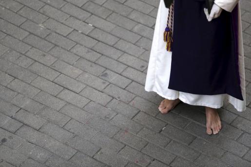 Imagen de archivo de un penitente , durante la procesión del Jueves Santo.