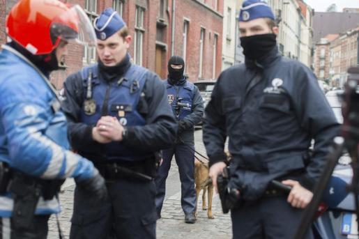 Las fuerzas de seguridad especiales de Bélgica efectúan una nueva operación antiterrorista en Molenbeek, Bruselas, Bélgica, el 18 de marzo del 2016, dirigida a buscar al principal fugado de los atentados del 13-N en París, Salah Abdeslam, en un operativo en el que se han escuchado tiros, según la prensa local.