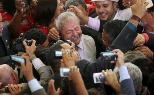 Lula da Silva es felicitado por sus seguidores tras conocerse la anulación de la medida cautelar que le impedía asumir el ministerio de Presidencia.