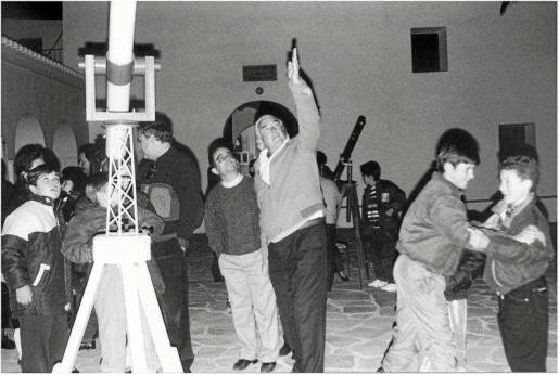 Fotografía tomada en los años 90 por la AAE en una noche de observación. Foto: AAE.