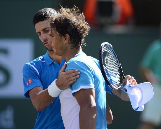 Djokovic y Nadal se saludan tras el partido.