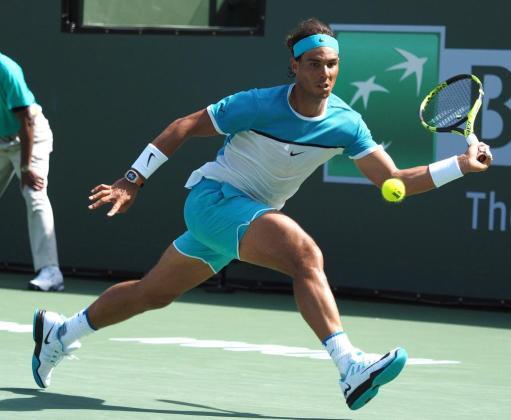 El español Rafael Nadal devuelve una bola al serbio Novak Djokovic durante la semifinal de Indian Wells.
